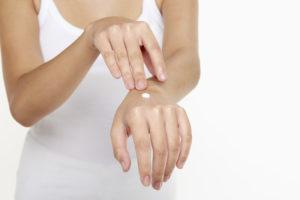Crème hémorroïde sur la main
